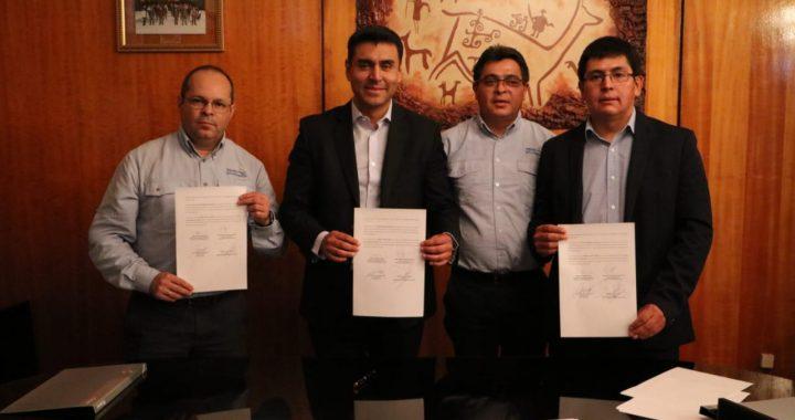 Alcalde de Calama y ejecutivos de Aguas Antofagasta firman convenio para uso de aguas servidas en riego
